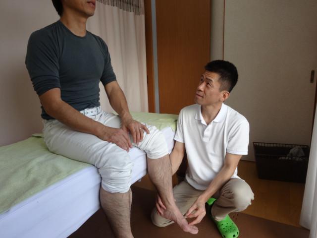 董氏楊氏奇穴のはり治療を足にする院長