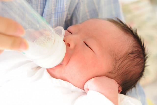 就寝前にミルクを飲む赤ちゃん