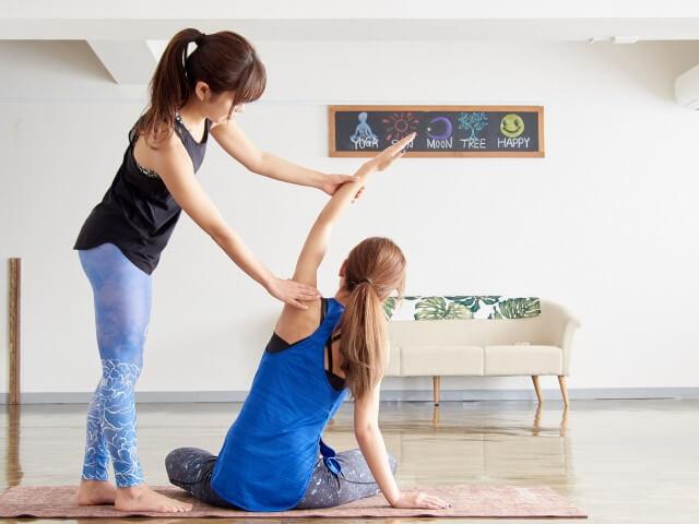 症状改善、習慣改善のためにストレッチをする女性