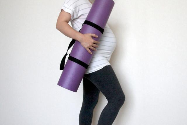 逆子改善のために逆子体操をする女性