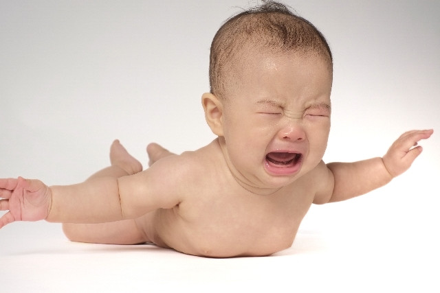 夜泣きをする赤ちゃん