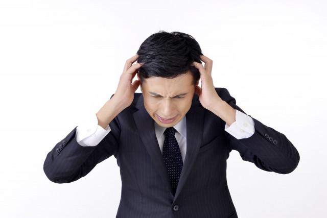 突発性難聴に悩む男性