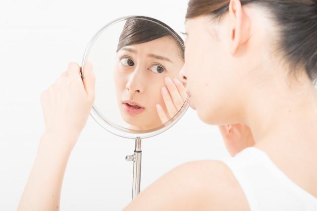 顔面神経麻痺に悩む女性