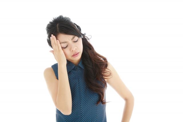自律神経失調症の頭痛に苦しむ女性