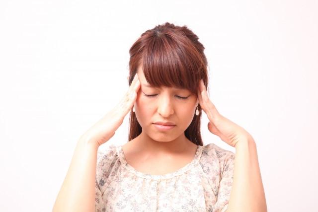 頭の両側に片頭痛が出て困っている女性