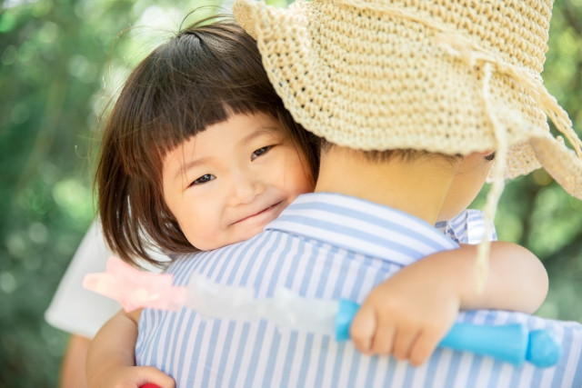 小児鍼をして楽しく過ごすお母さんと子供