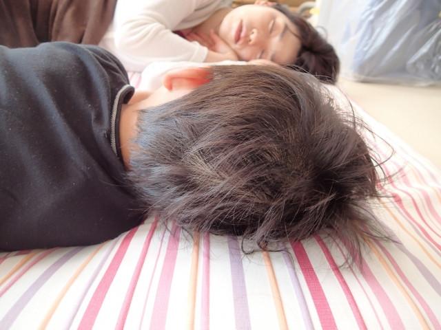 昼寝するお母さんと子供