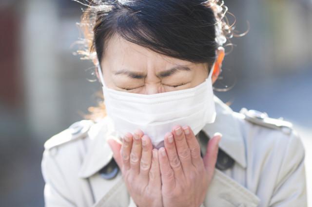 花粉症のくしゃみ,鼻水が辛い女性