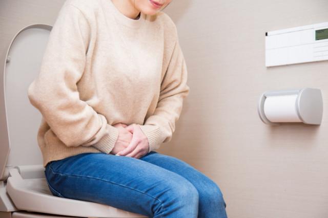 過敏性腸症候群に悩む女性