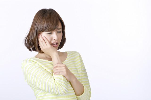 顎関節症で顎が痛む女性