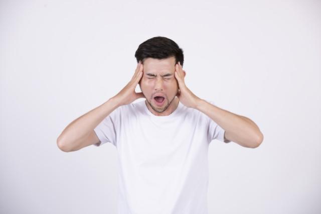 顎関節症で口が開けられない男性
