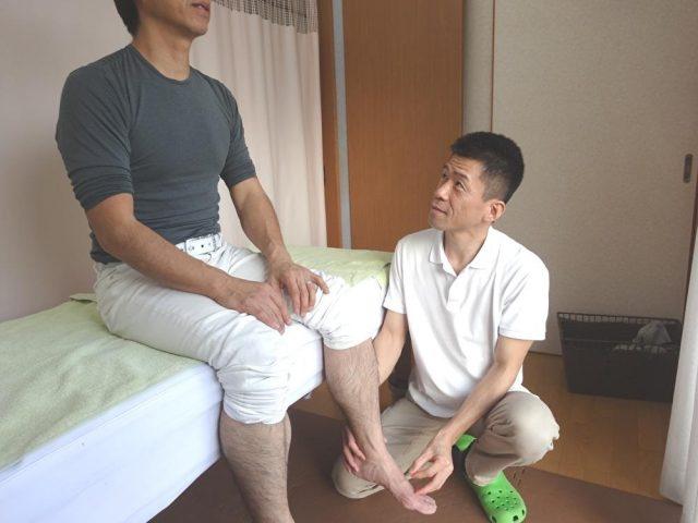 鍼灸施術で、はりを足に刺している風景